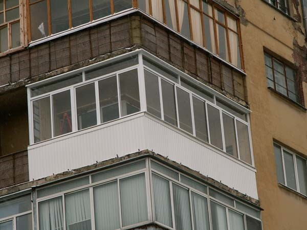 Остекление углового балкона по выгодным ценам в екатеринбург.